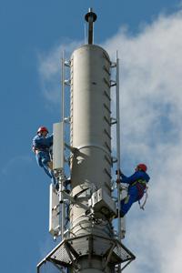Techniker der Telekom an einem LTE-Mast